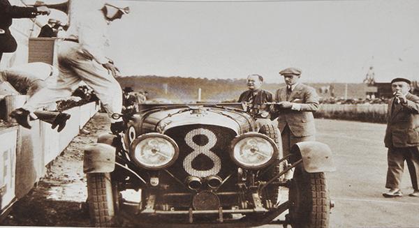 Piloto subiendo al coche de carreras